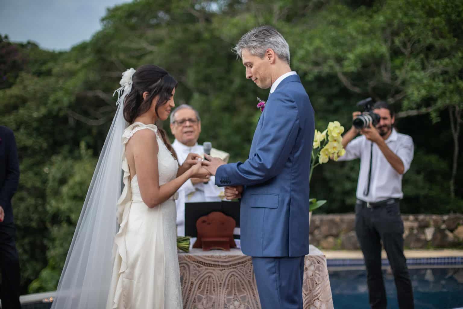 alianças-casamento-na-serra-cerimonia-ao-ar-livre-Fotografia-Laura-Campanella-graviola-filmes-Juliana-e-Sebastian-noivos-no-altar-Pousada-La-Belle-Bruna217