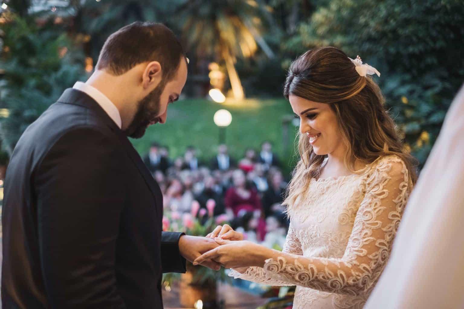 alianças-casamento-na-serra-cerimonia-ao-ar-livre-Fotografia-Renata-Xavier-Les-Amies-Cerimonial-Locanda-Della-Mimosa-Natalia-e-Bruno-noivos-no-altar446