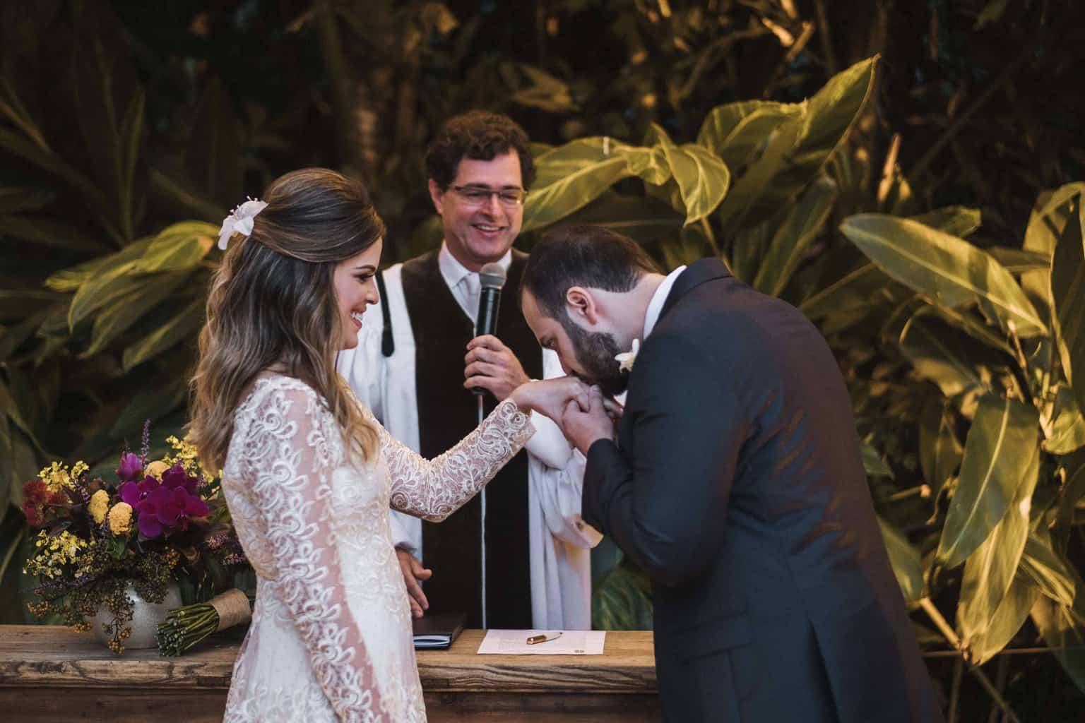 alianças-casamento-na-serra-cerimonia-ao-ar-livre-Fotografia-Renata-Xavier-Les-Amies-Cerimonial-Locanda-Della-Mimosa-Natalia-e-Bruno-noivos-no-altar458