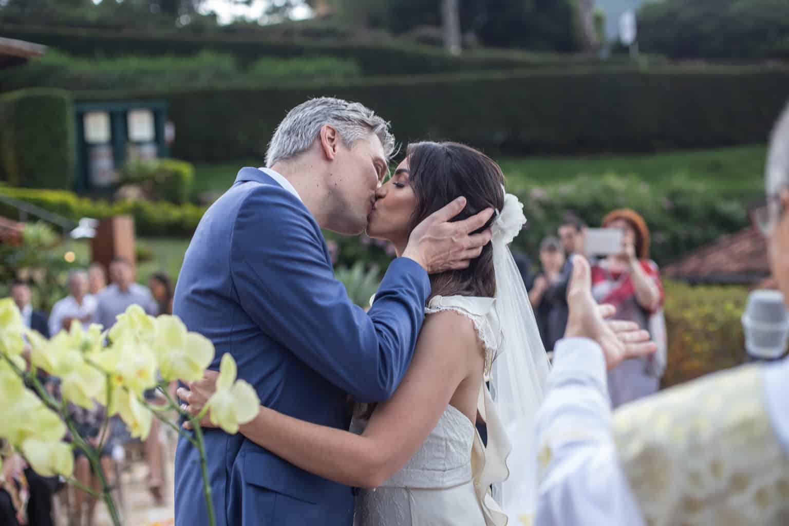 beijo-do-casal-casamento-na-serra-cerimonia-ao-ar-livre-Fotografia-Laura-Campanella-graviola-filmes-Juliana-e-Sebastian-noivos-no-altar-Pousada-La-Belle-Bruna230