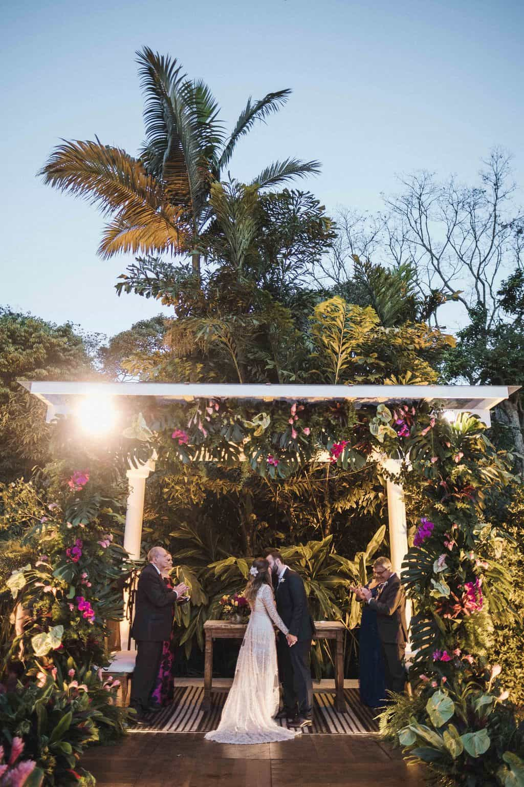 beijo-do-casal-casamento-na-serra-cerimonia-ao-ar-livre-Fotografia-Renata-Xavier-Les-Amies-Cerimonial-Locanda-Della-Mimosa-Natalia-e-Bruno-noivos-no-altar468
