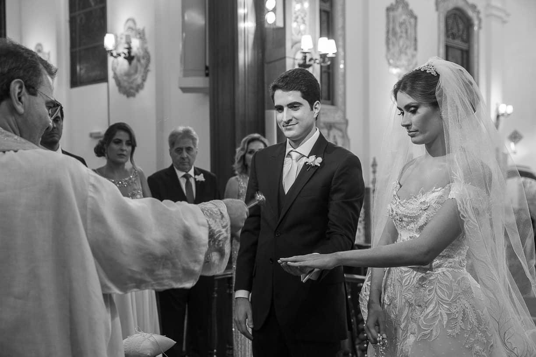 casamento-Natalia-e-Thiago-cerimonia-na-igreja-Fotografia-Cissa-sannomya-fotos-dos-noivos-no-altar-Igreja-Nossa-Senhora-do-Brasil86