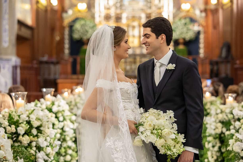 casamento-Natalia-e-Thiago-cerimonia-na-igreja-foto-do-casal-Fotografia-Cissa-sannomya-fotos-dos-noivos-no-altar-Igreja-Nossa-Senhora-do-Brasil124