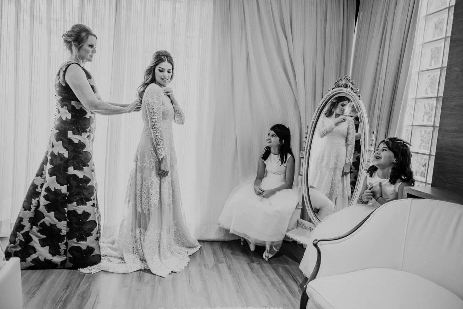 casamento-na-serra-Fotografia-Renata-Xavier-Les-Amies-Cerimonial-Locanda-Della-Mimosa-mae-da-noiva-making-of-Natalia-e-Bruno246