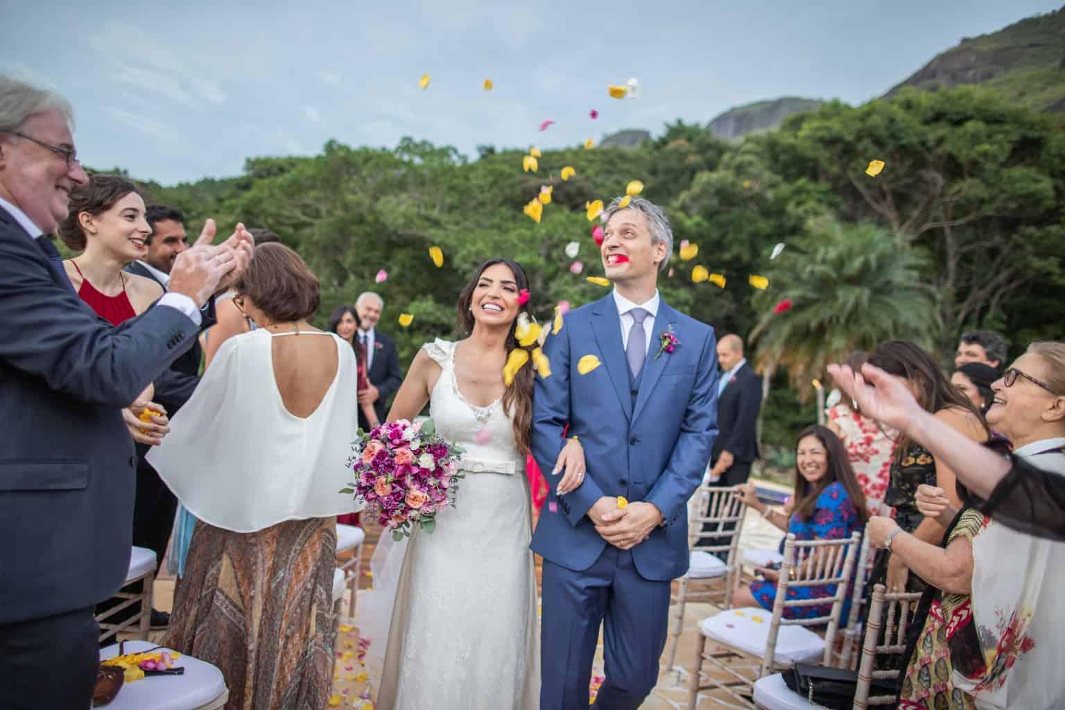 casamento-na-serra-cerimonia-ao-ar-livre-Fotografia-Laura-Campanella-graviola-filmes-Juliana-e-Sebastian-Pousada-La-Belle-Bruna-saida-dos-noivos302