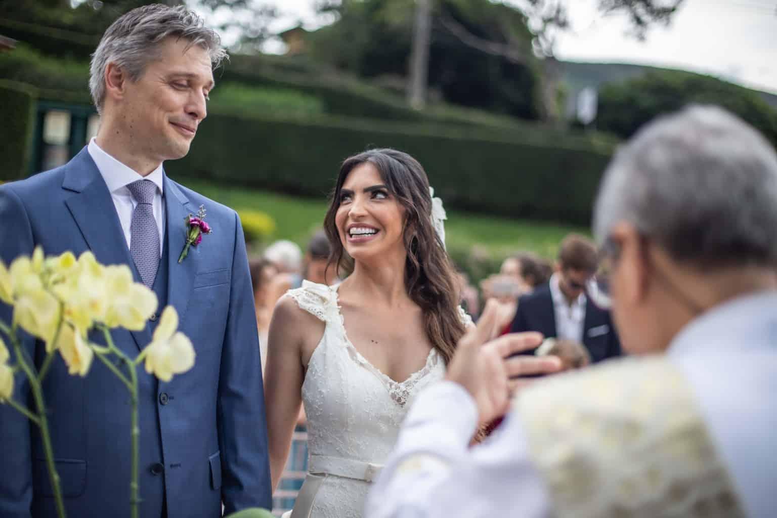casamento-na-serra-cerimonia-ao-ar-livre-Fotografia-Laura-Campanella-graviola-filmes-Juliana-e-Sebastian-noivos-no-altar-Pousada-La-Belle-Bruna118