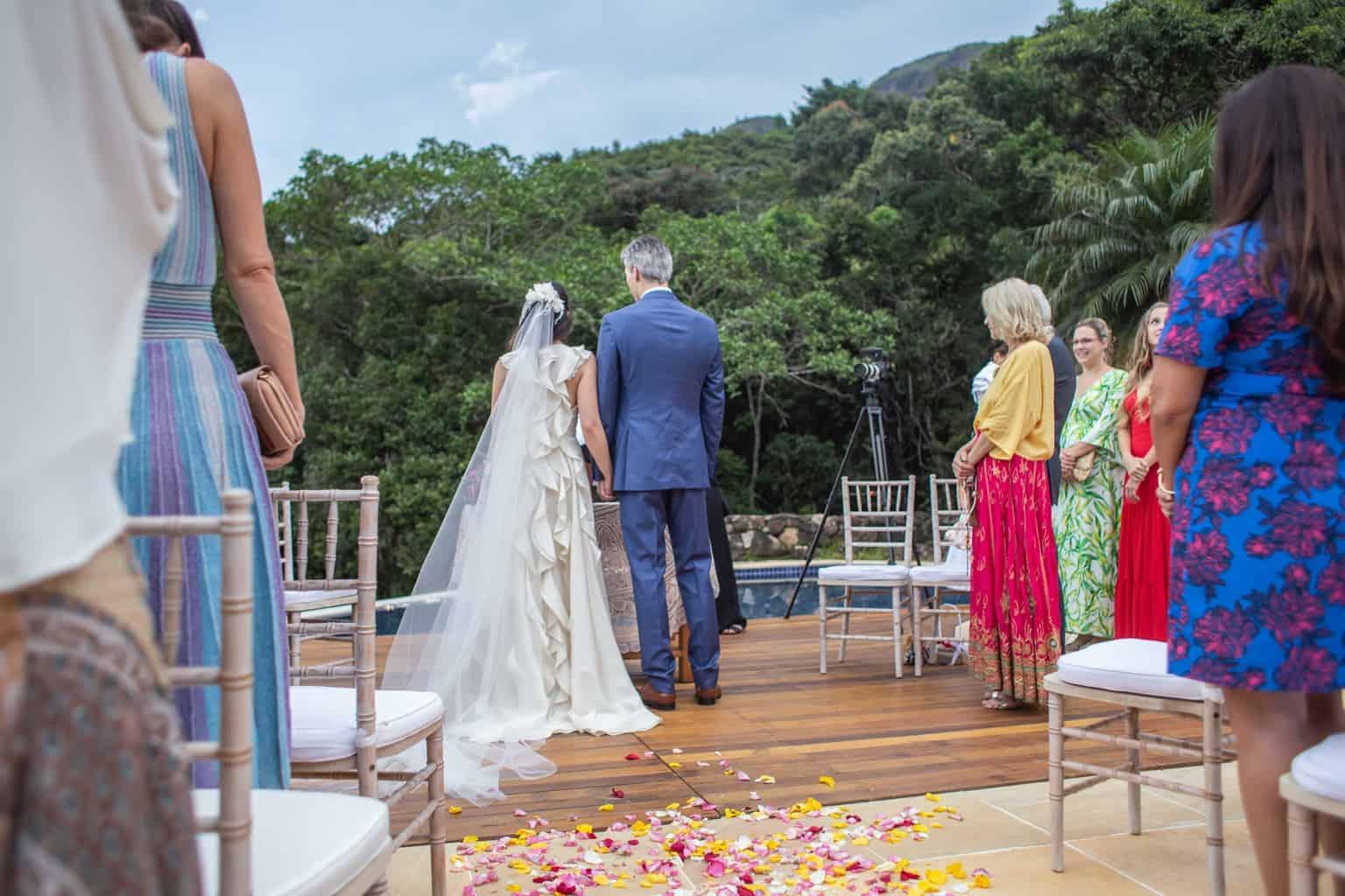 casamento-na-serra-cerimonia-ao-ar-livre-Fotografia-Laura-Campanella-graviola-filmes-Juliana-e-Sebastian-noivos-no-altar-Pousada-La-Belle-Bruna121