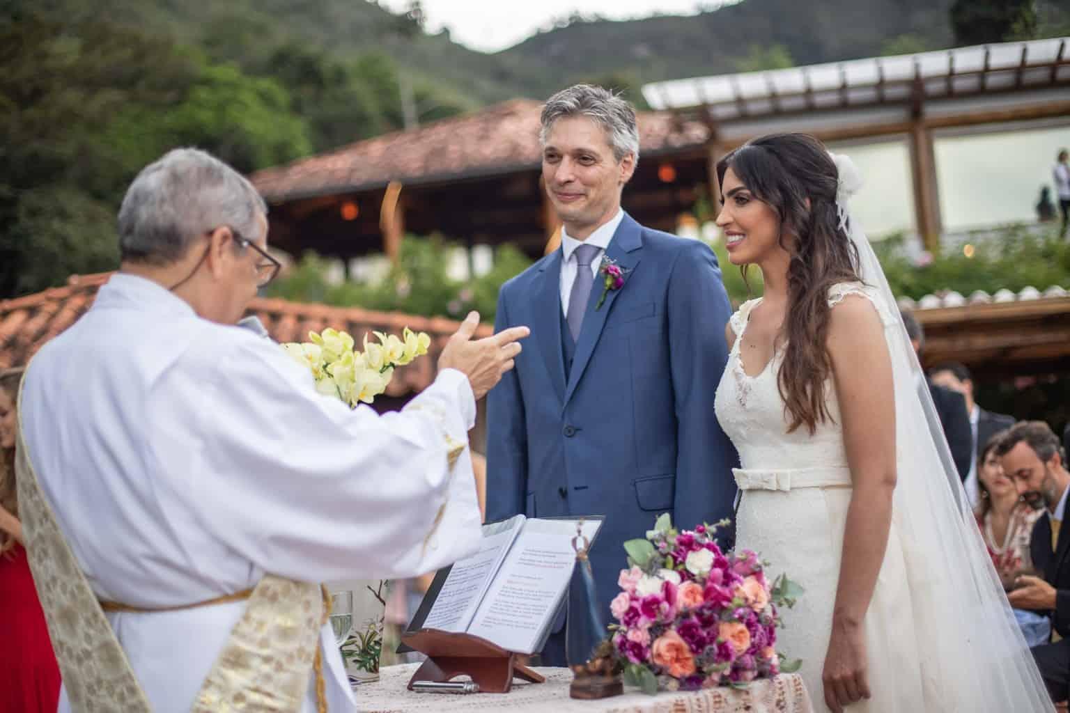 casamento-na-serra-cerimonia-ao-ar-livre-Fotografia-Laura-Campanella-graviola-filmes-Juliana-e-Sebastian-noivos-no-altar-Pousada-La-Belle-Bruna149