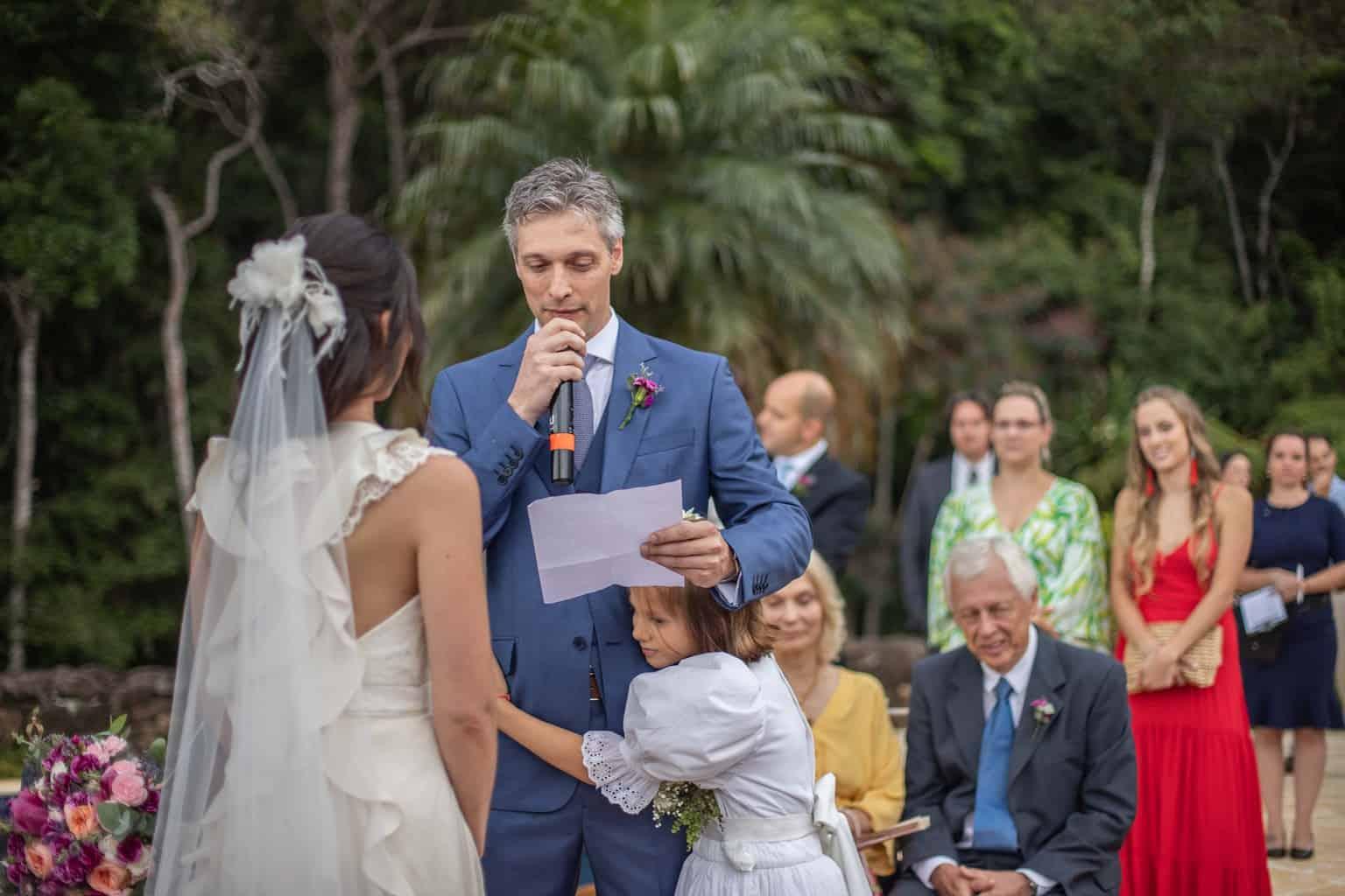 casamento-na-serra-cerimonia-ao-ar-livre-Fotografia-Laura-Campanella-graviola-filmes-Juliana-e-Sebastian-noivos-no-altar-Pousada-La-Belle-Bruna159