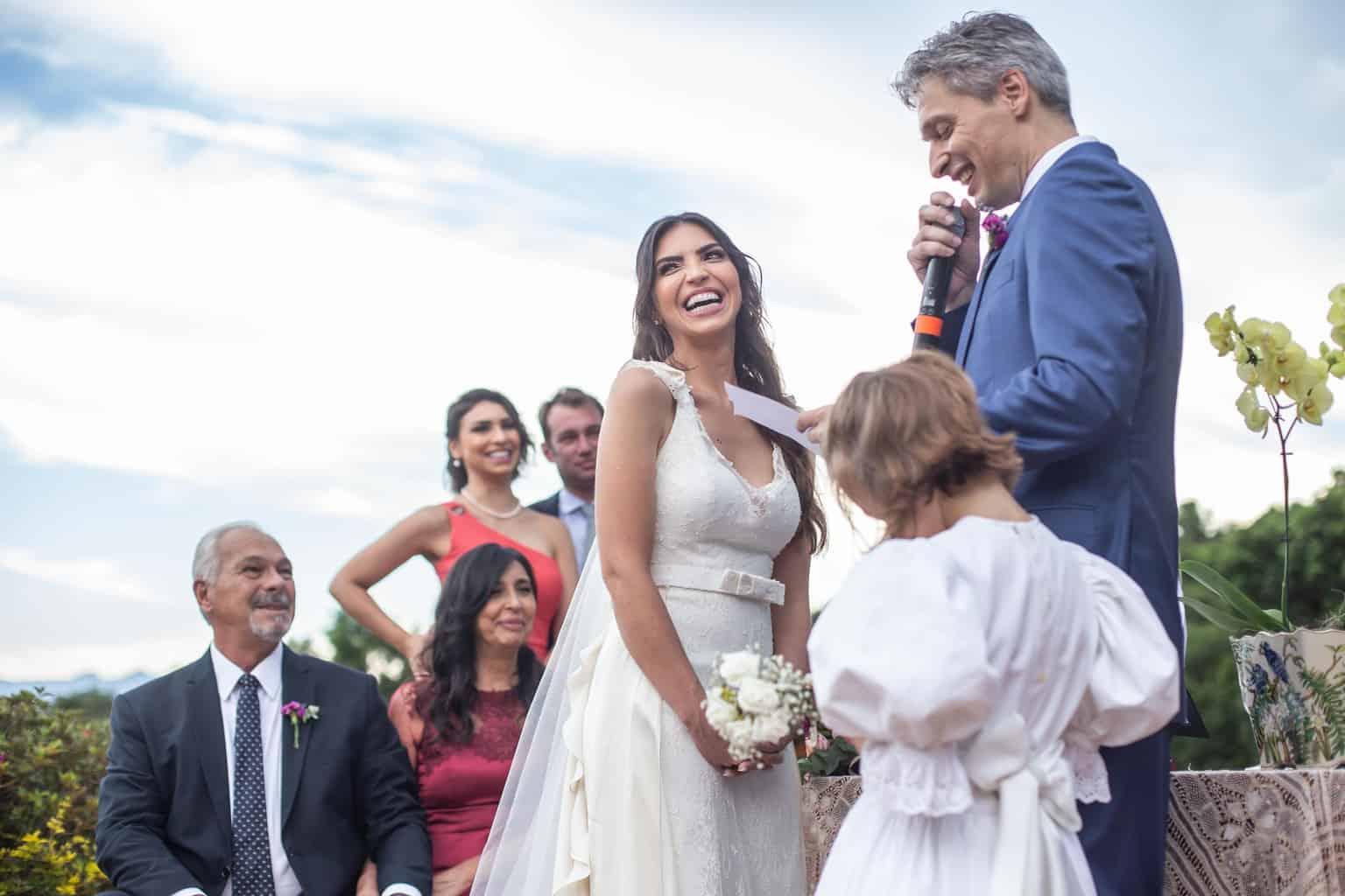 casamento-na-serra-cerimonia-ao-ar-livre-Fotografia-Laura-Campanella-graviola-filmes-Juliana-e-Sebastian-noivos-no-altar-Pousada-La-Belle-Bruna165