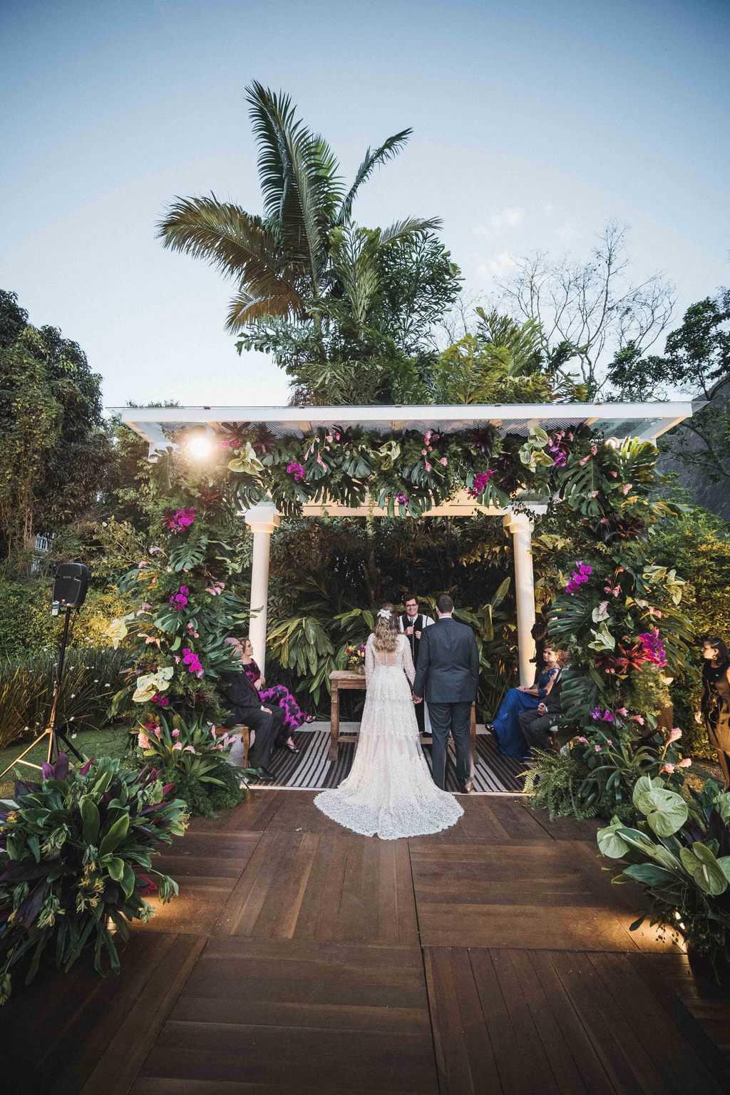 casamento-na-serra-cerimonia-ao-ar-livre-Fotografia-Renata-Xavier-Les-Amies-Cerimonial-Locanda-Della-Mimosa-Natalia-e-Bruno-noivos-no-altar399