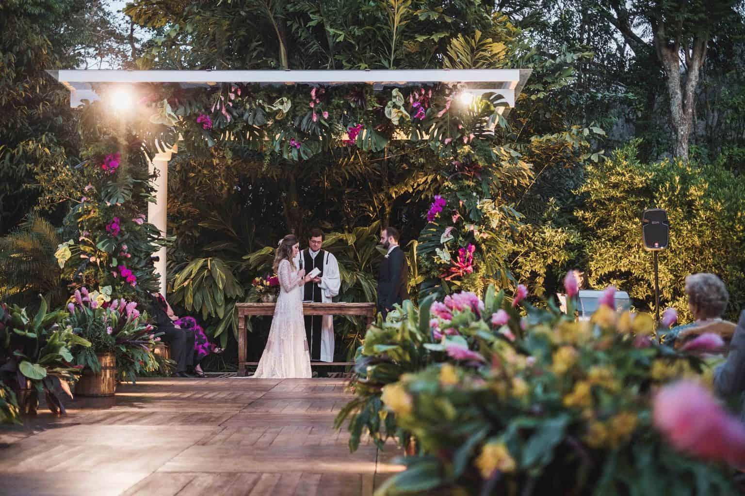 casamento-na-serra-cerimonia-ao-ar-livre-Fotografia-Renata-Xavier-Les-Amies-Cerimonial-Locanda-Della-Mimosa-Natalia-e-Bruno-noivos-no-altar442