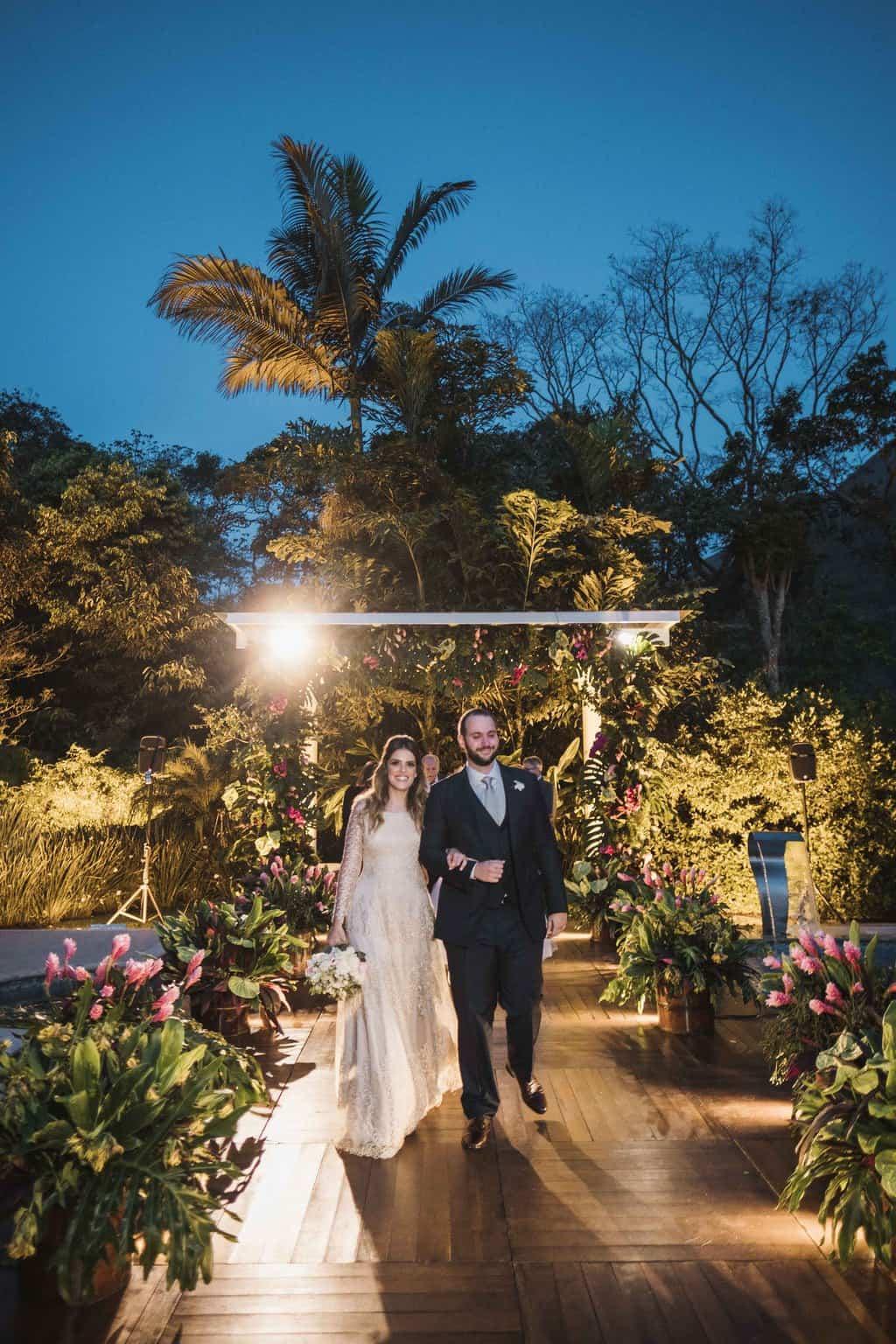 casamento-na-serra-cerimonia-ao-ar-livre-Fotografia-Renata-Xavier-Les-Amies-Cerimonial-Locanda-Della-Mimosa-Natalia-e-Bruno-saida-dos-noivos481