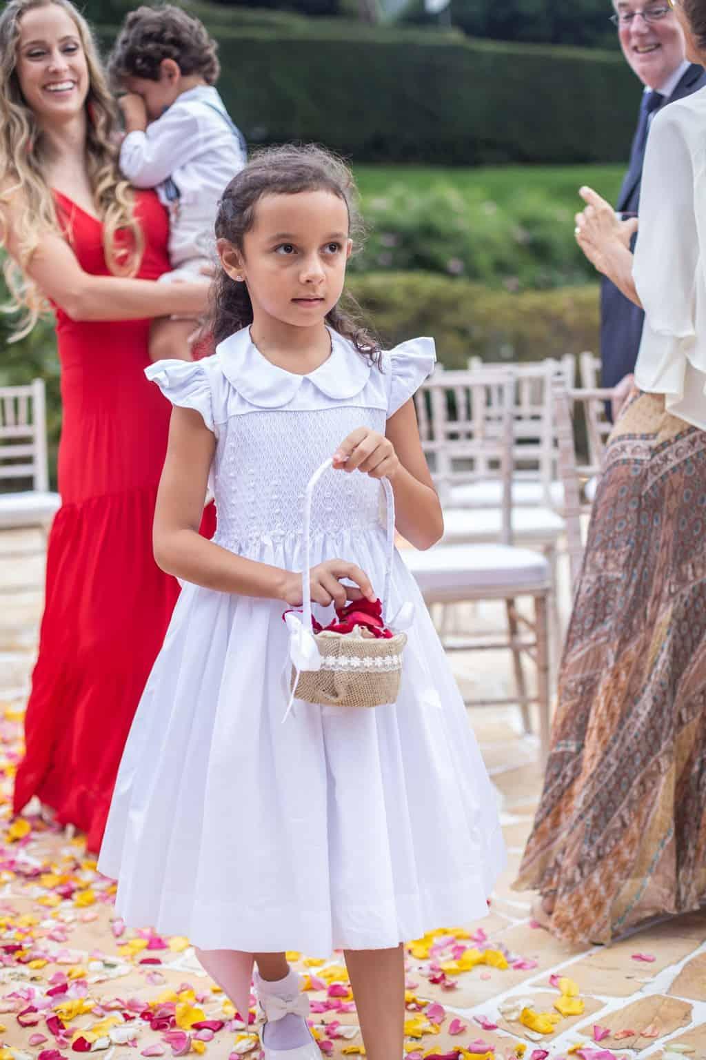 casamento-na-serra-cerimonia-ao-ar-livre-daminhas-e-pajens-Fotografia-Laura-Campanella-graviola-filmes-Juliana-e-Sebastian-Pousada-La-Belle-Bruna60