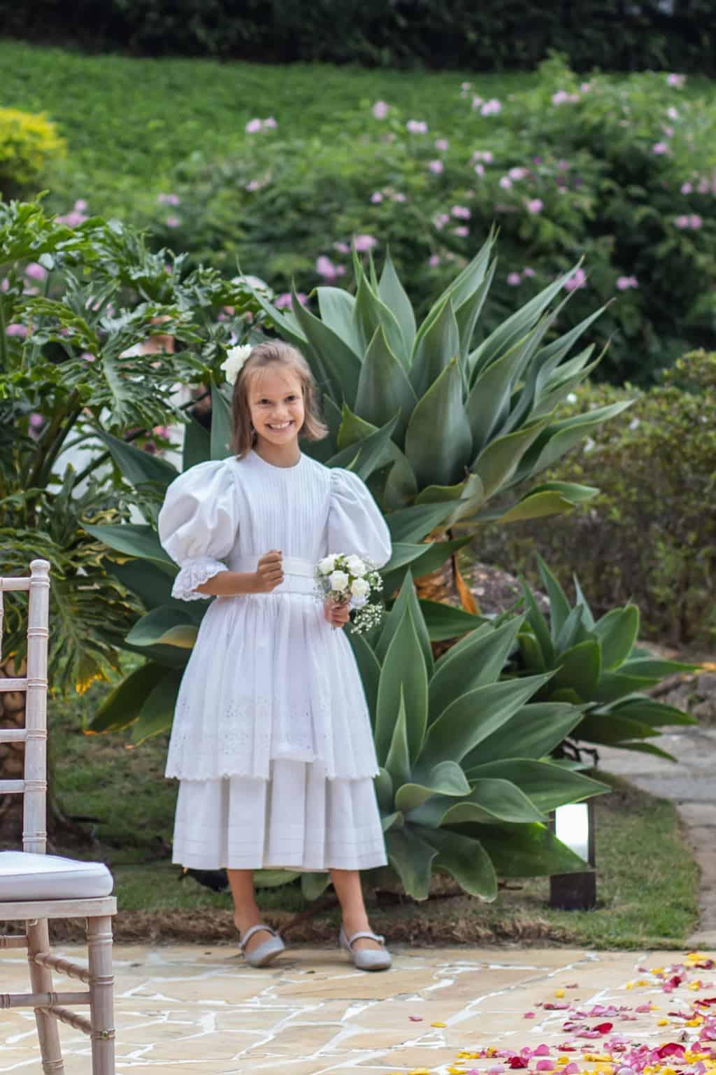 casamento-na-serra-cerimonia-ao-ar-livre-daminhas-e-pajens-Fotografia-Laura-Campanella-graviola-filmes-Juliana-e-Sebastian-noivos-no-altar-Pousada-La-Belle-Bruna85