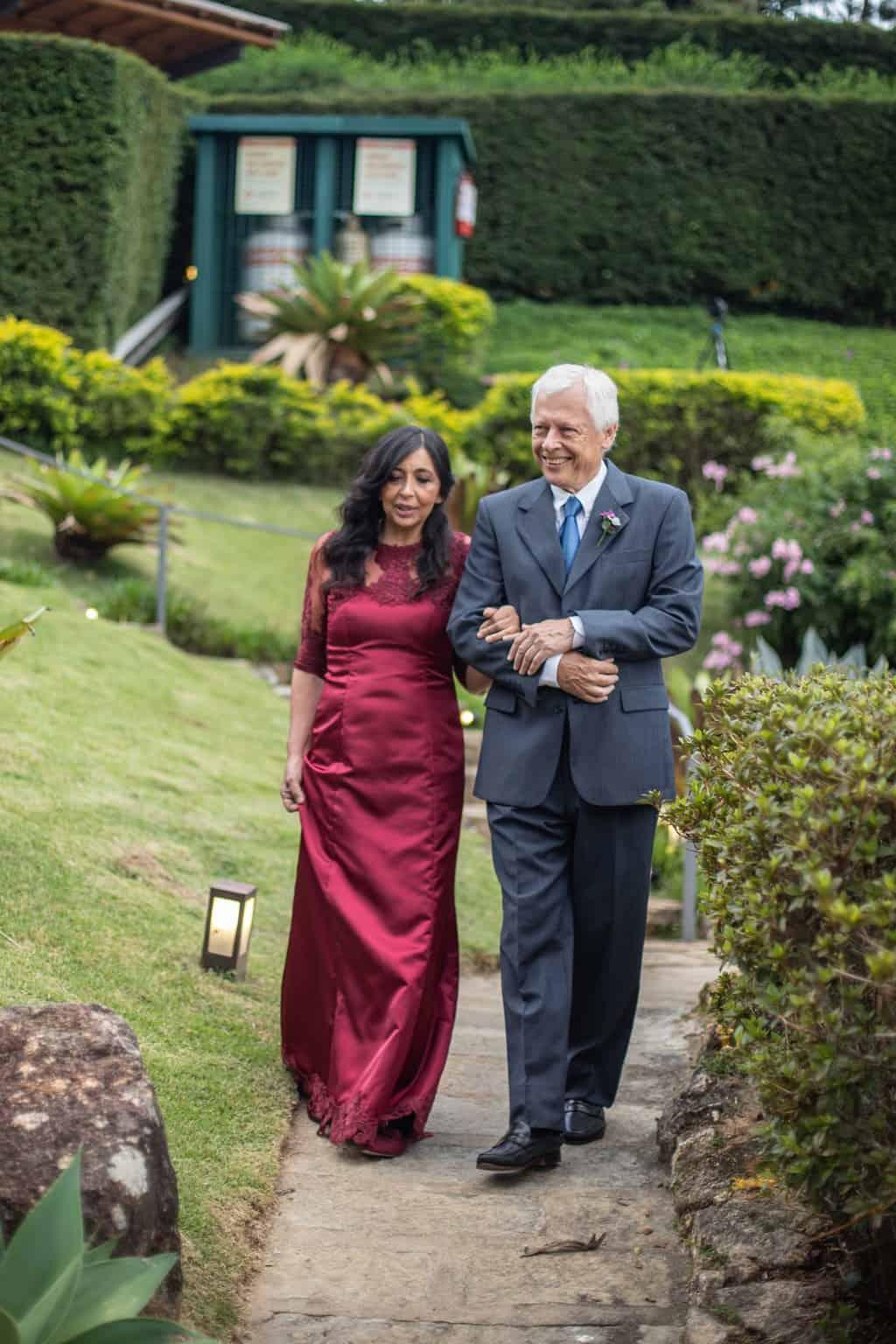 casamento-na-serra-cerimonia-ao-ar-livre-entrada-dos-padrinhos-Fotografia-Laura-Campanella-graviola-filmes-Juliana-e-Sebastian-Pousada-La-Belle-Bruna32