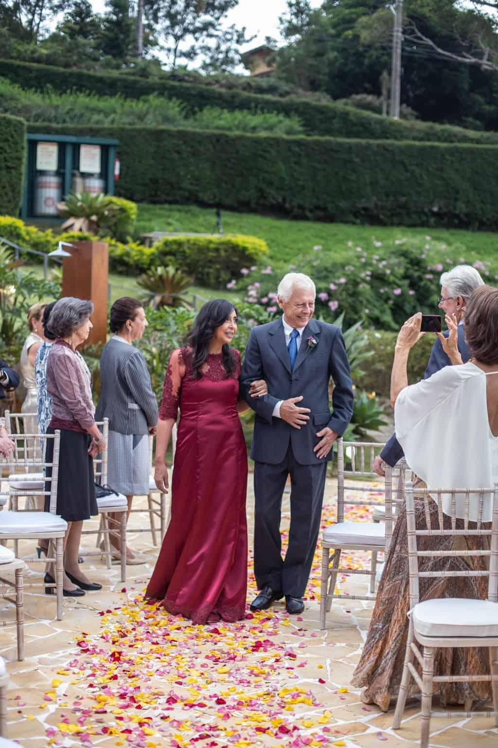 casamento-na-serra-cerimonia-ao-ar-livre-entrada-dos-padrinhos-Fotografia-Laura-Campanella-graviola-filmes-Juliana-e-Sebastian-Pousada-La-Belle-Bruna35