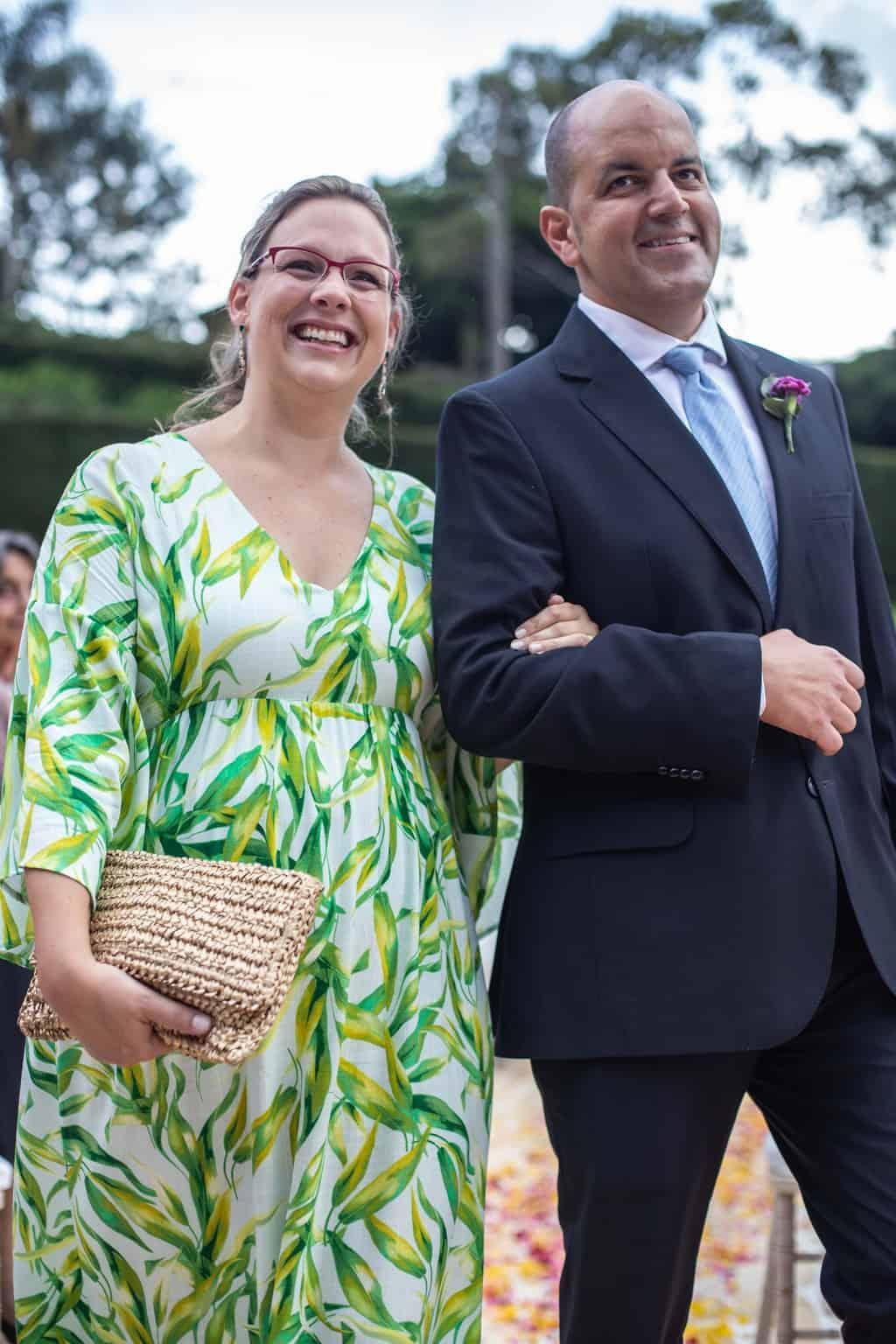 casamento-na-serra-cerimonia-ao-ar-livre-entrada-dos-padrinhos-Fotografia-Laura-Campanella-graviola-filmes-Juliana-e-Sebastian-Pousada-La-Belle-Bruna52