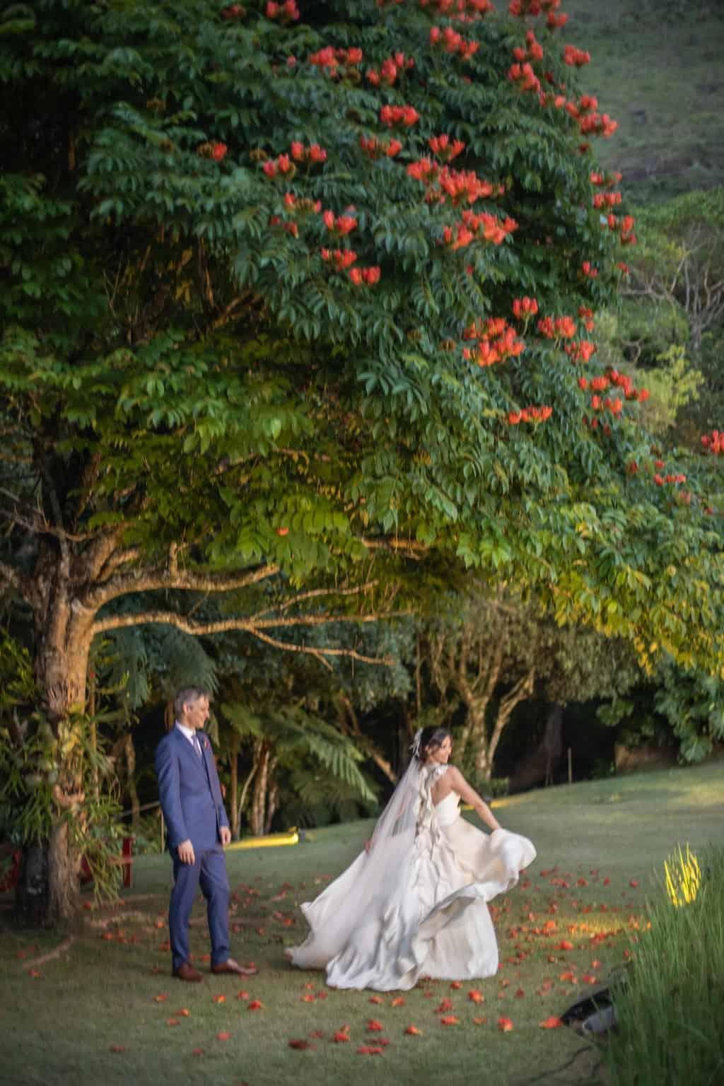 casamento-na-serra-foto-dos-noivos-Fotografia-Laura-Campanella-fotos-a-tarde-graviola-filmes-Juliana-e-Sebastian-noivos-no-altar-Pousada-La-Belle-Bruna116