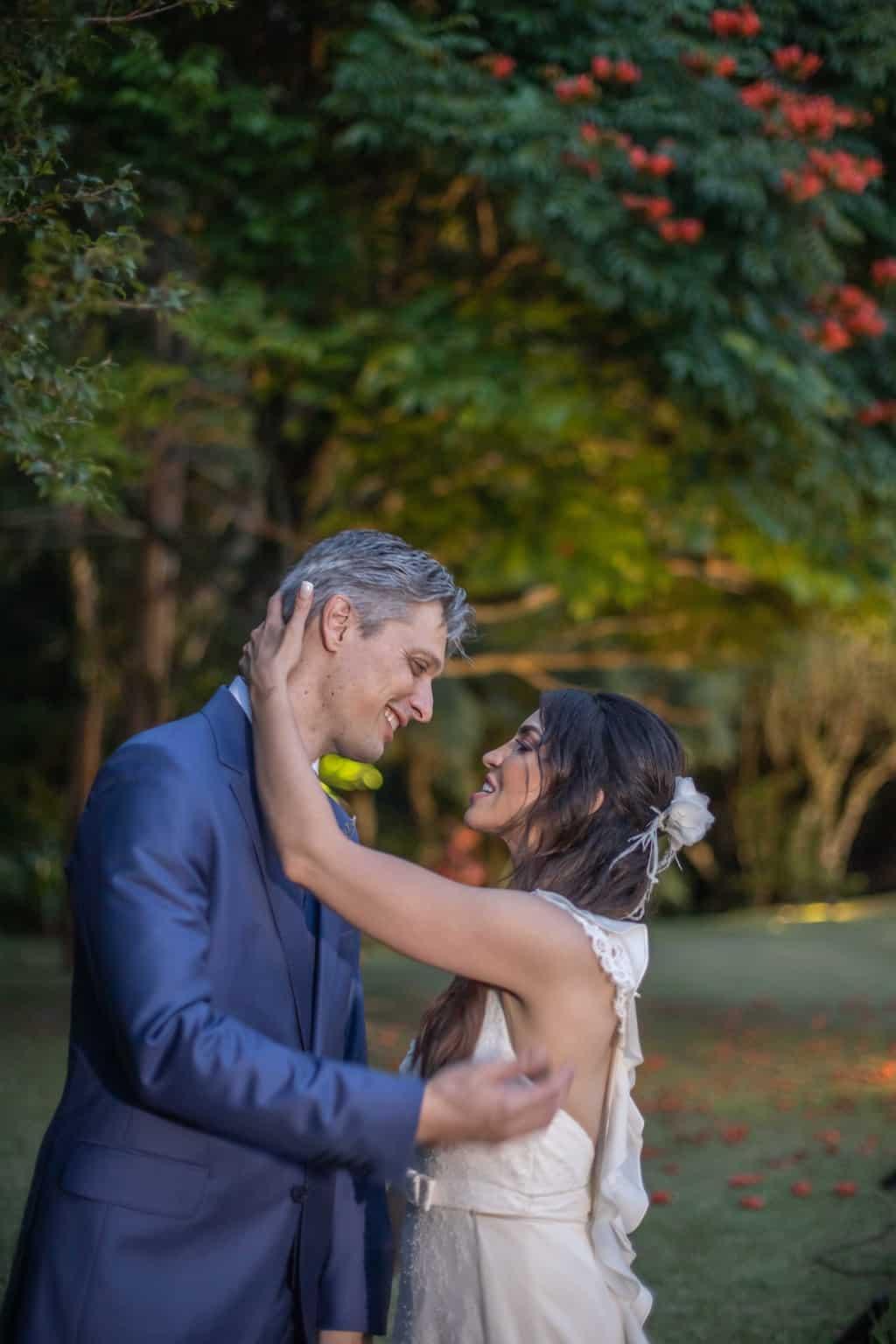 casamento-na-serra-foto-dos-noivos-Fotografia-Laura-Campanella-fotos-a-tarde-graviola-filmes-Juliana-e-Sebastian-noivos-no-altar-Pousada-La-Belle-Bruna148