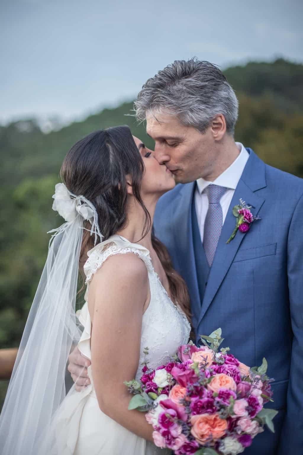 casamento-na-serra-foto-dos-noivos-Fotografia-Laura-Campanella-fotos-a-tarde-graviola-filmes-Juliana-e-Sebastian-noivos-no-altar-Pousada-La-Belle-Bruna87