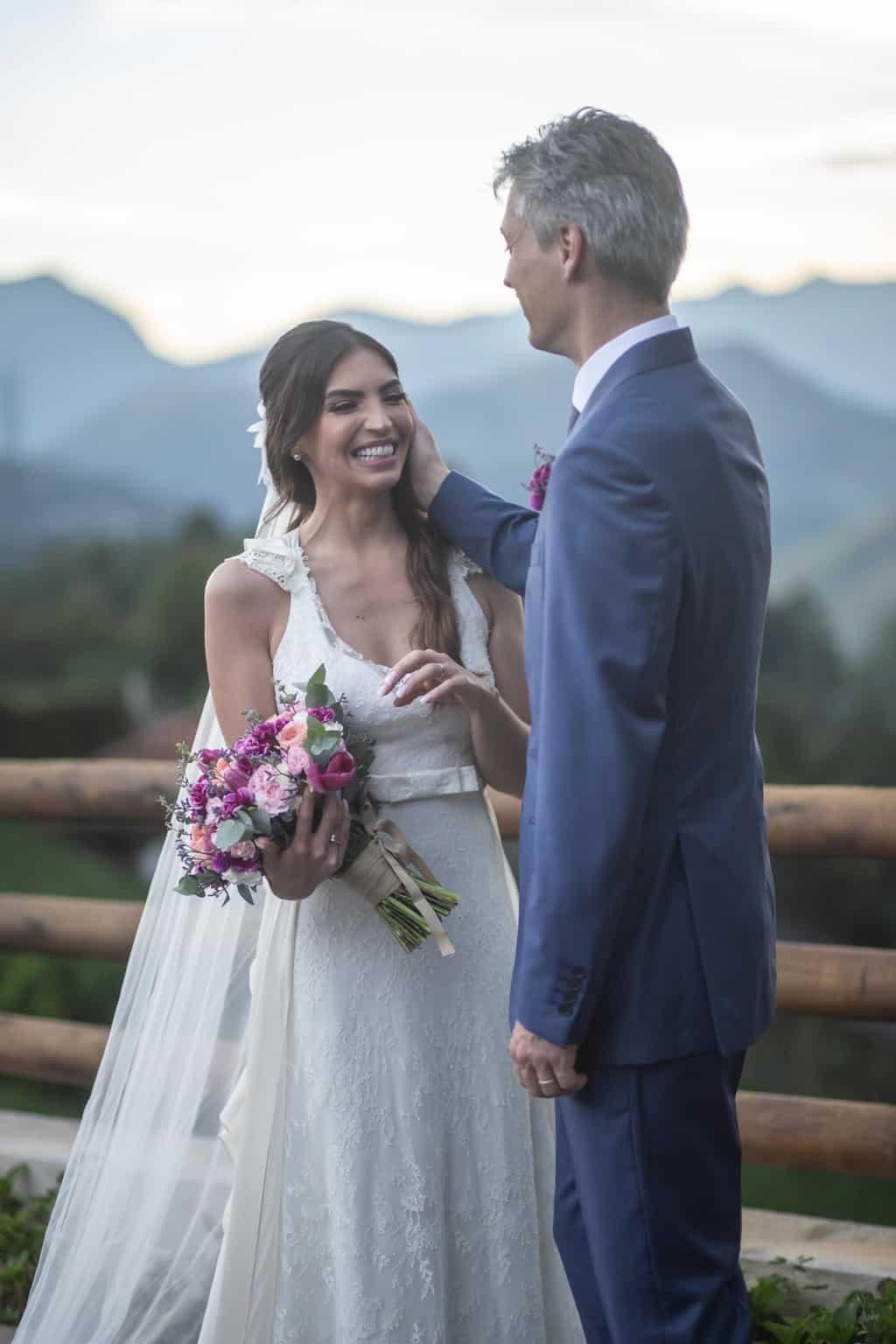 casamento-na-serra-foto-dos-noivos-Fotografia-Laura-Campanella-fotos-a-tarde-graviola-filmes-Juliana-e-Sebastian-noivos-no-altar-Pousada-La-Belle-Bruna93