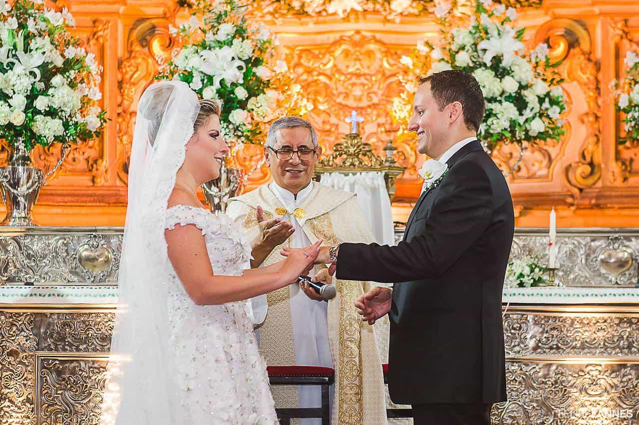 Casamento-Beatrice-e-Luiz-Augusto-casamento-classico-cerimonia-na-igreja-fotografia-Felipe-Lannes-noivos-no-altar11