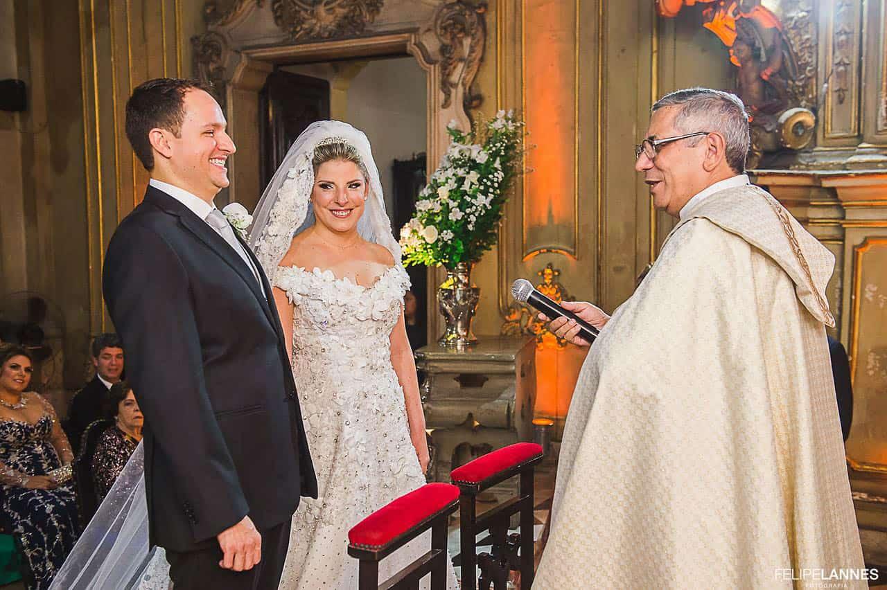 Casamento-Beatrice-e-Luiz-Augusto-casamento-classico-cerimonia-na-igreja-fotografia-Felipe-Lannes-noivos-no-altar5