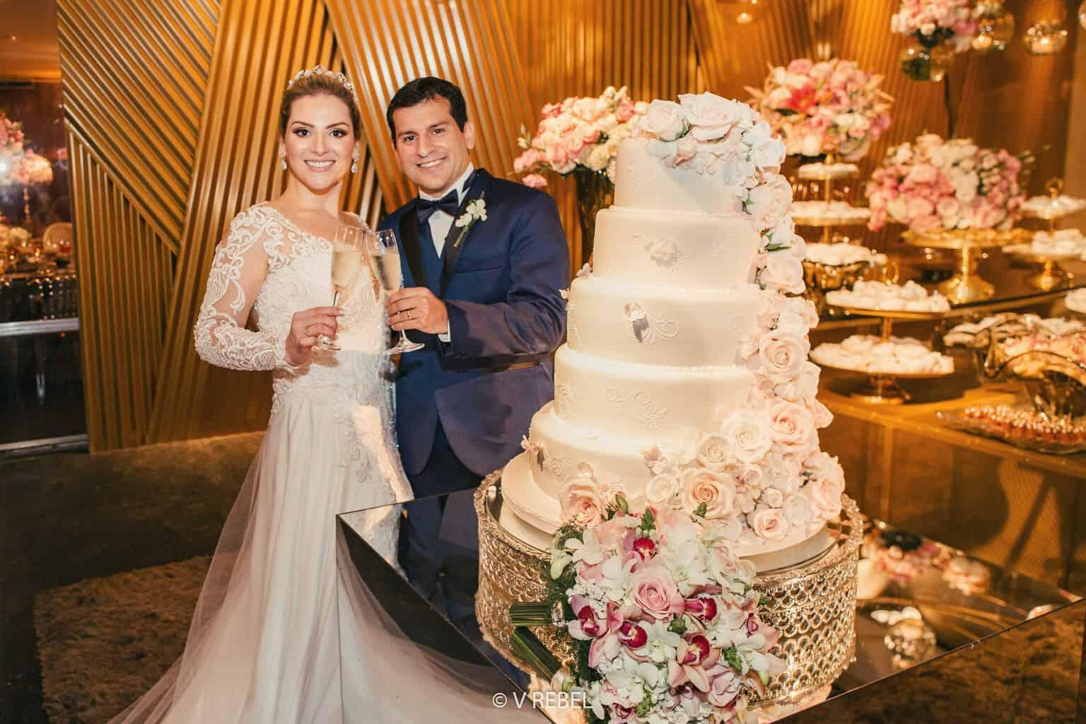 bolo-de-casamento-casamento-Caroline-e-Breno-casamento-clássico-foto-do-casal-fotografia-VRebel85