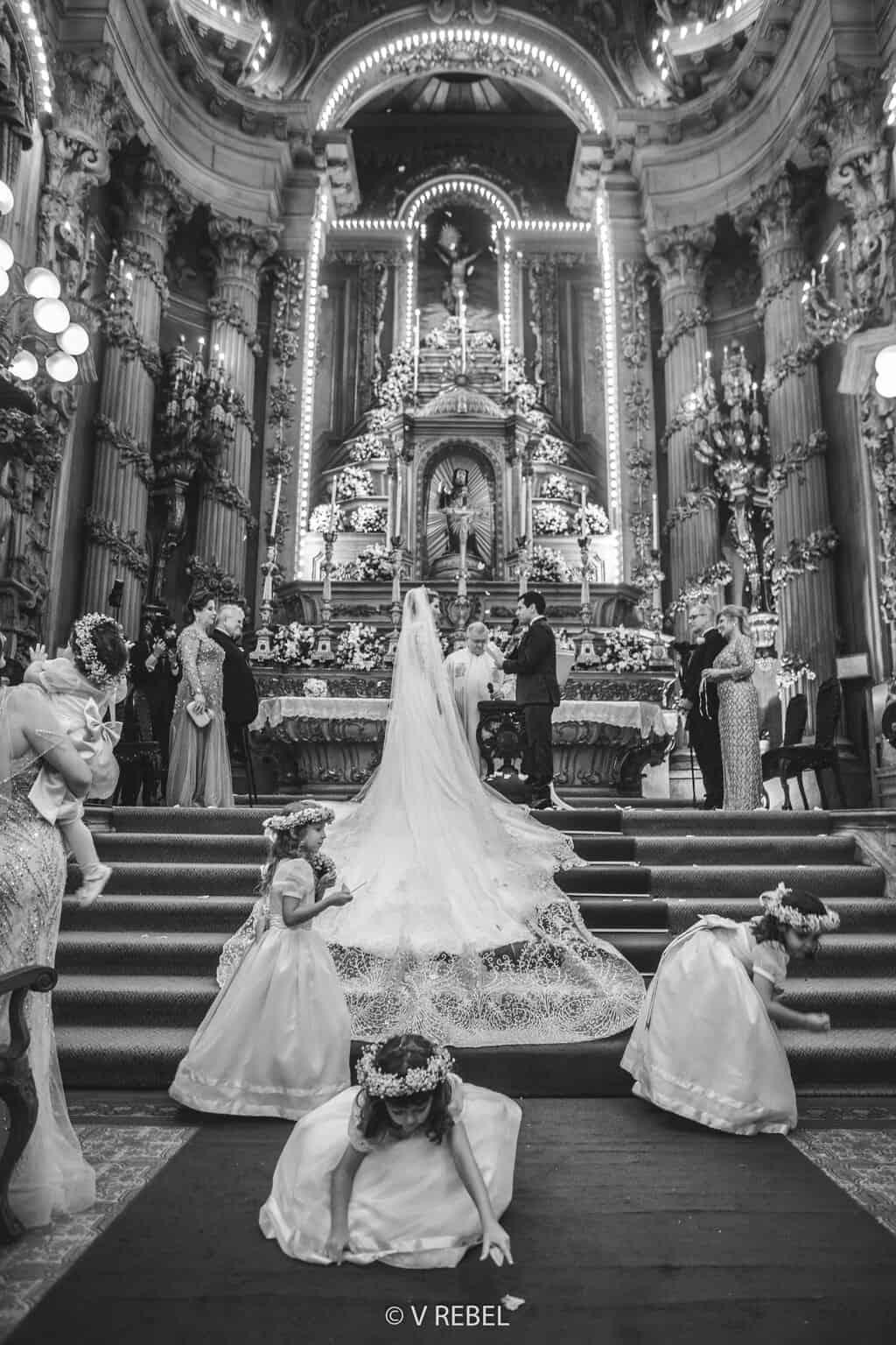 casamento-Caroline-e-Breno-casamento-clássico-cerimonia-na-igreja-daminhas-e-pajens-fotografia-VRebel-noivos-no-altar45