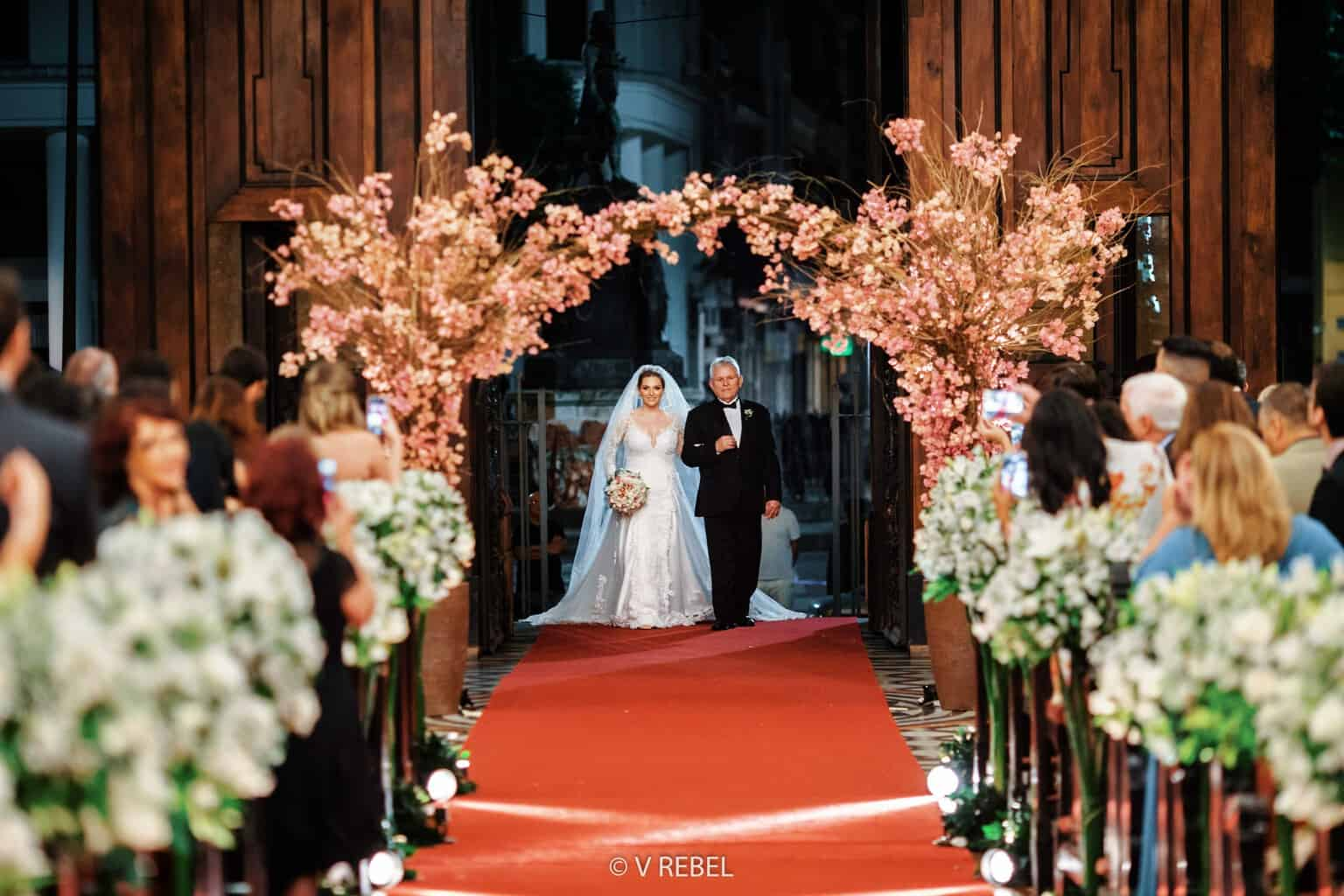 casamento-Caroline-e-Breno-casamento-clássico-cerimonia-na-igreja-entrada-da-noiva-fotografia-VRebel35