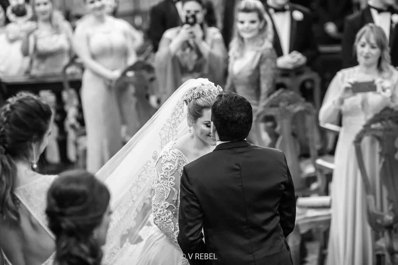 casamento-Caroline-e-Breno-casamento-clássico-cerimonia-na-igreja-fotografia-VRebel-noivos-no-altar37