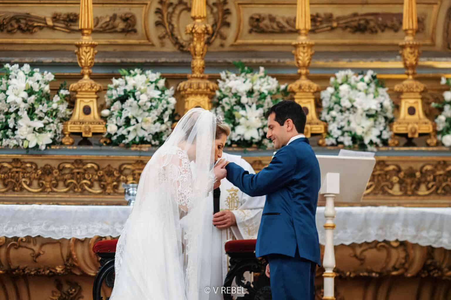 casamento-Caroline-e-Breno-casamento-clássico-cerimonia-na-igreja-fotografia-VRebel-noivos-no-altar43
