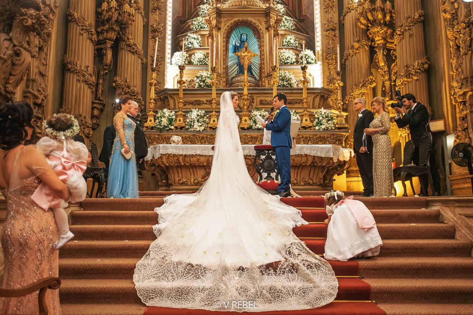 casamento-Caroline-e-Breno-casamento-clássico-cerimonia-na-igreja-fotografia-VRebel-noivos-no-altar46
