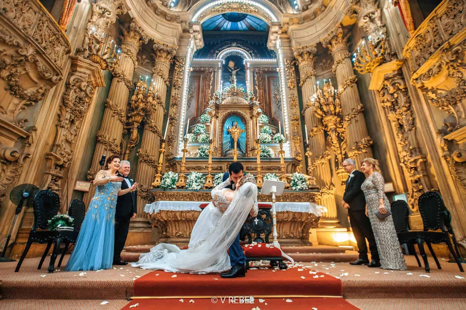 casamento-Caroline-e-Breno-casamento-clássico-cerimonia-na-igreja-fotografia-VRebel-noivos-no-altar48