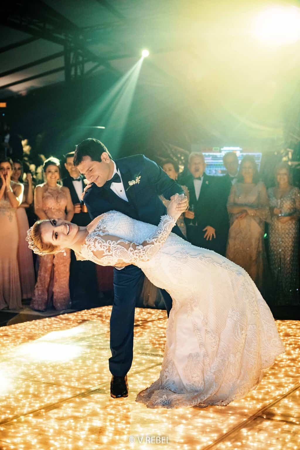 casamento-Caroline-e-Breno-casamento-clássico-foto-do-casal-fotografia-VRebel-noivos-na-pista-pista91