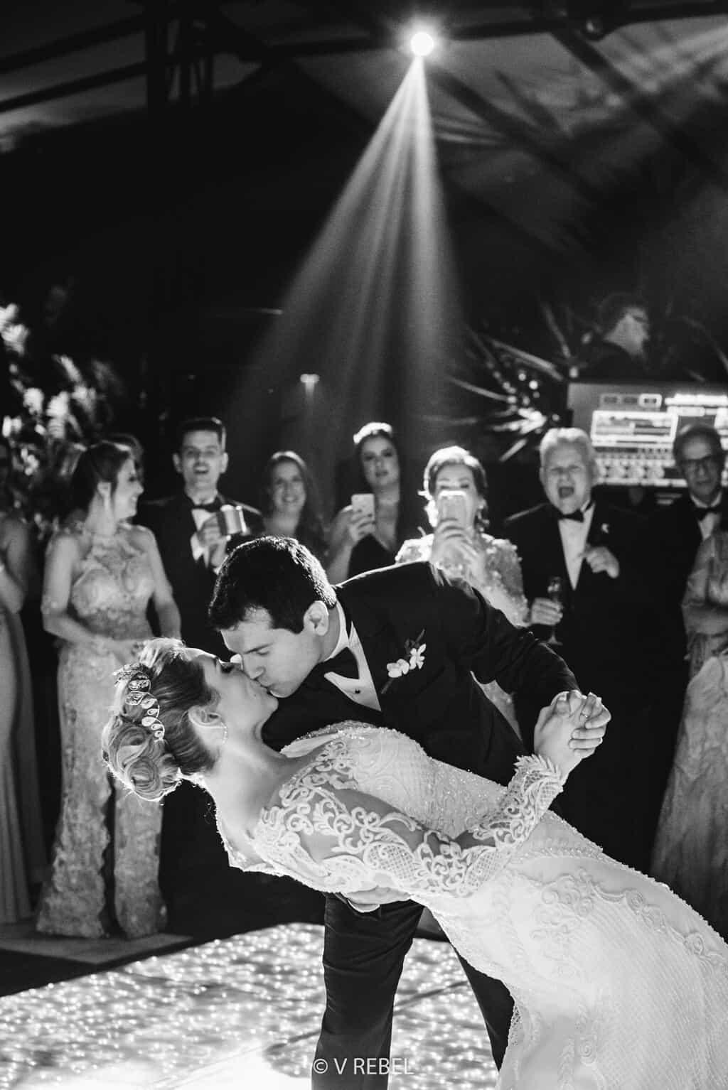 casamento-Caroline-e-Breno-casamento-clássico-fotografia-VRebel-noivos-na-pista-pista89