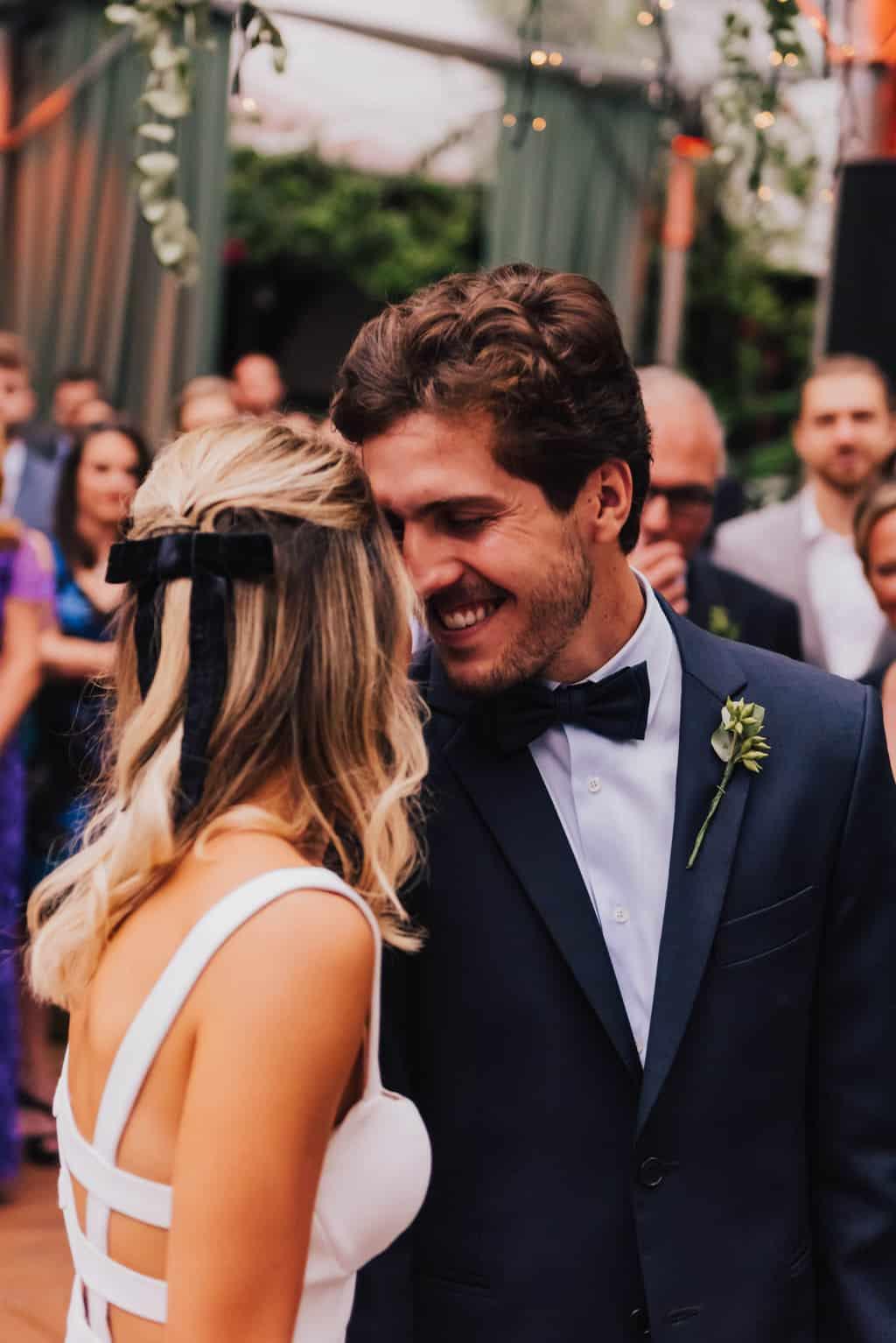 casamento-Maitê-e-Breno-cerimonia-no-jardim-Fotografia-Mana-Gollo-Hotel-Timbó-Park-noivos-no-altar46