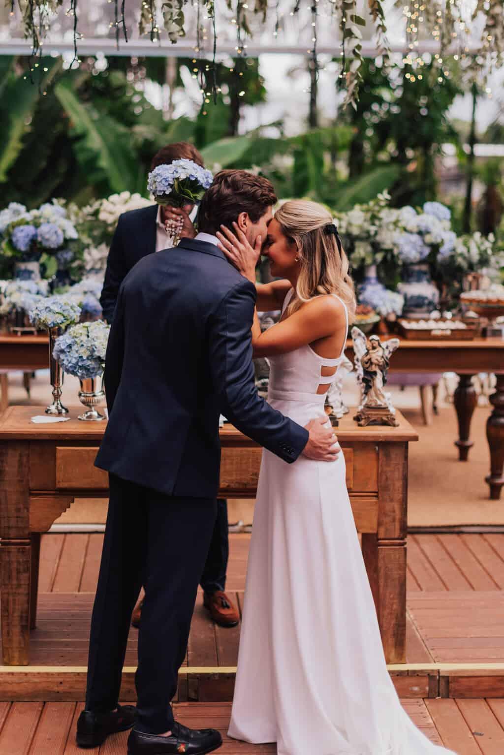 casamento-Maitê-e-Breno-cerimonia-no-jardim-Fotografia-Mana-Gollo-Hotel-Timbó-Park-noivos-no-altar48