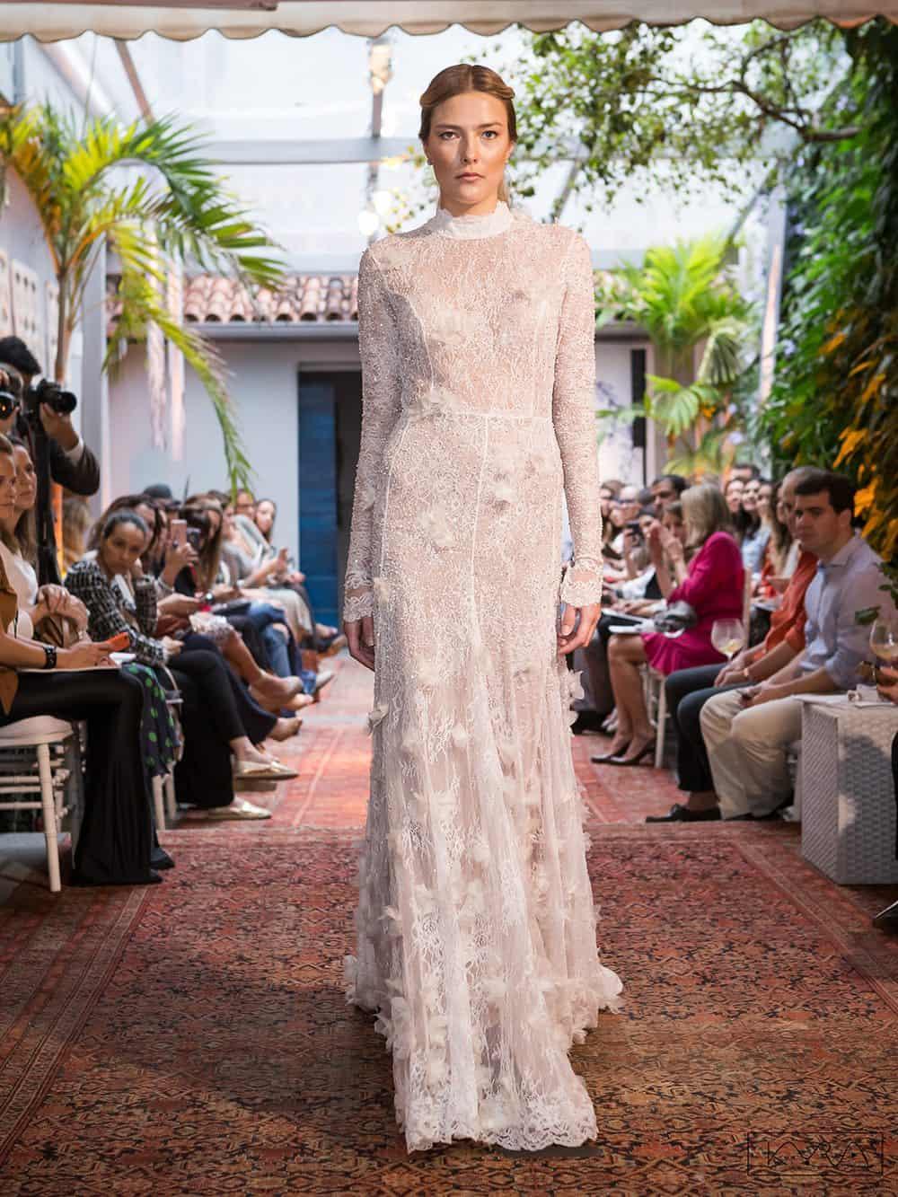 desfile-vestido-de-noiva-entardecer-julia-golldenzon-foto-kyra-mirsky-17