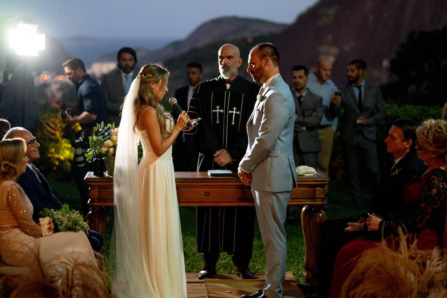 Casamento-Heloisa-e-Eduardo-Bolsonaro-cerimonia-ao-ar-livre-cerimonial-Márcia-Santiago-Fotografia-Davi-Nascimento-noivos-no-altar19