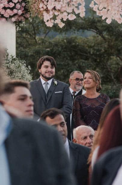 casamento-ao-ar-livre-casamento-Bianca-e-Leonardo-cerimonia-ao-ar-livre-Fotografia-Fernanda-Suhett-noivos-no-altar-Quinta-da-Paz22