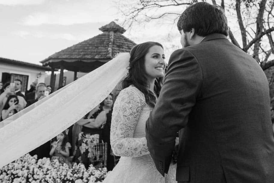 casamento-ao-ar-livre-casamento-Bianca-e-Leonardo-cerimonia-ao-ar-livre-Fotografia-Fernanda-Suhett-noivos-no-altar-Quinta-da-Paz23