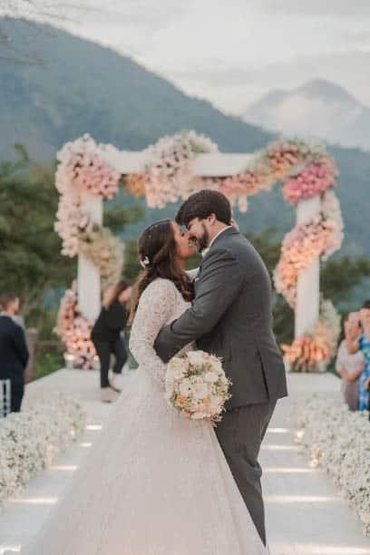 casamento-ao-ar-livre-casamento-Bianca-e-Leonardo-cerimonia-ao-ar-livre-Fotografia-Fernanda-Suhett-noivos-no-altar-Quinta-da-Paz25