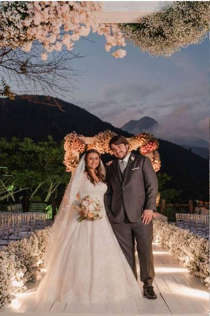 casamento-ao-ar-livre-casamento-Bianca-e-Leonardo-cerimonia-ao-ar-livre-Fotografia-Fernanda-Suhett-noivos-no-altar-Quinta-da-Paz27