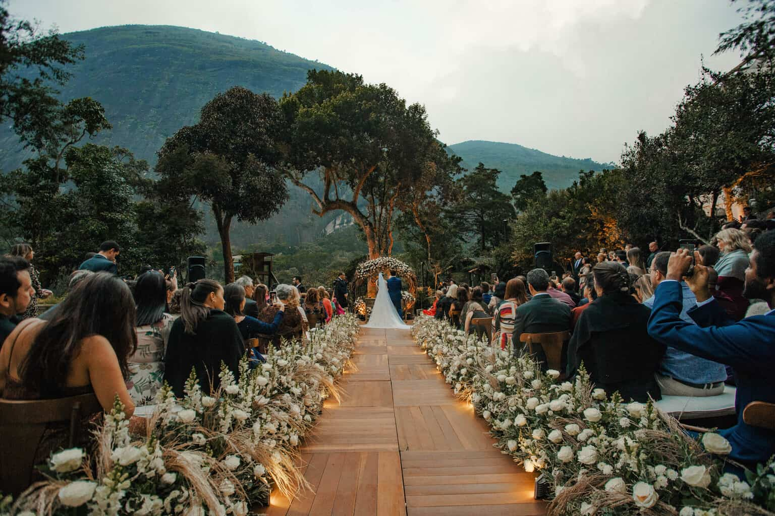 casamento-Beatriz-e-Joao-Fernando-cerimonia-ao-ar-livre-Itaipava-Locanda-Della-Mimosa-Thienny-Tammis143