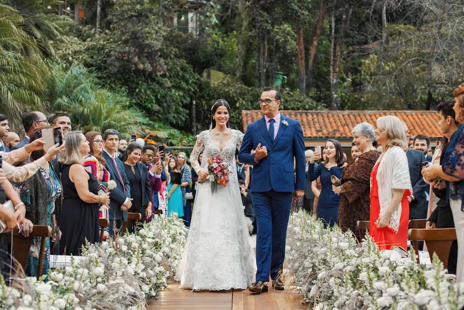 casamento-Beatriz-e-Joao-Fernando-cerimonia-ao-ar-livre-entrada-da-noiva-Itaipava-Locanda-Della-Mimosa-Thienny-Tammis130