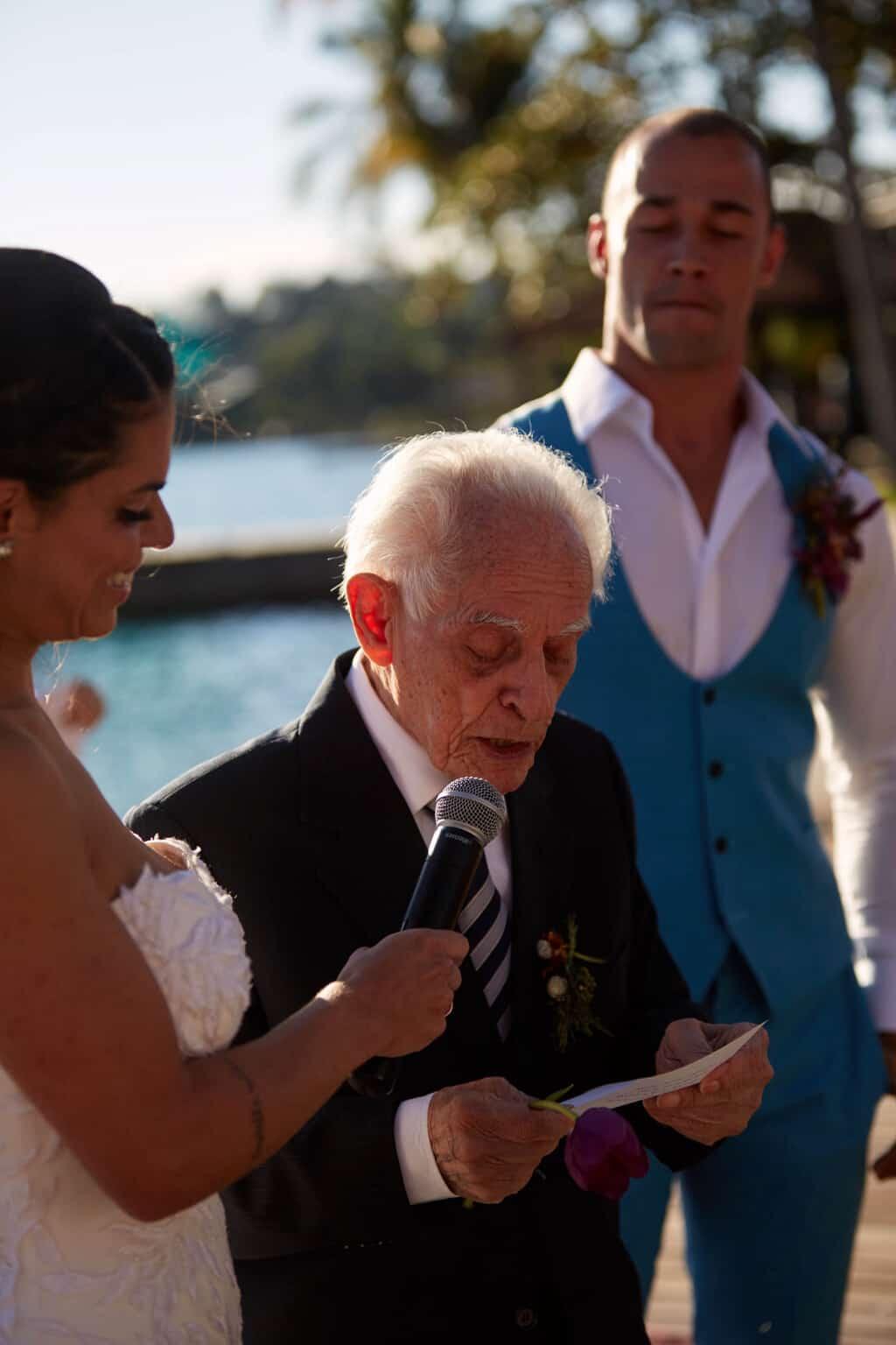 casamento-bruna-e-frederic-cerimonia-ao-ar-livre-cerimonial-camila-luz-decor-renata-paraiso-decoracao-boho-noivos-no-altar55-1