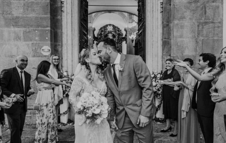 Casamento-Carolina-e-Douglas-Fotografia-Renata-Xavier-noivos-na-igreja-Outeiro-da-Gloria12-750x475