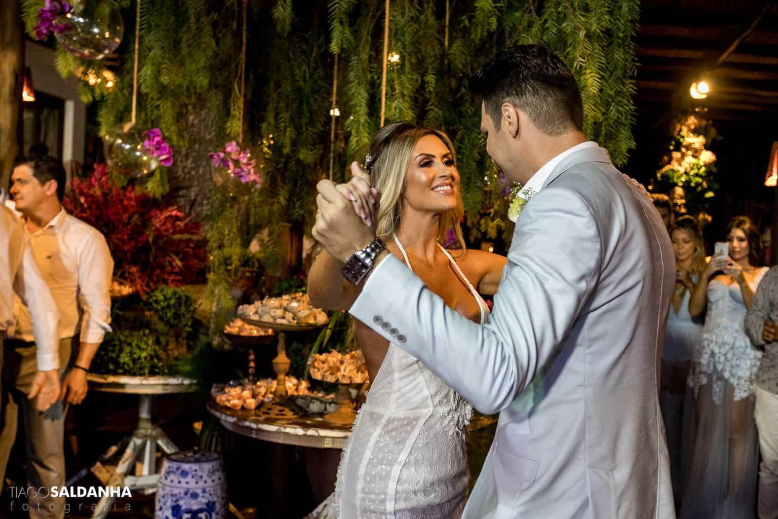 Aliança-no-Espelho-Casamento-Chandrélin-e-Laureano-cerimonia-na-praia-Chan-e-Lau-fotos-dos-noivos-Rio-da-Barra28